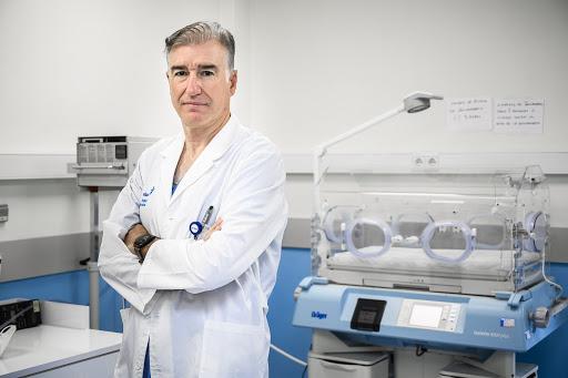 El doctor Giménez, especialista en Pediatría y en vacunas, en su consulta.