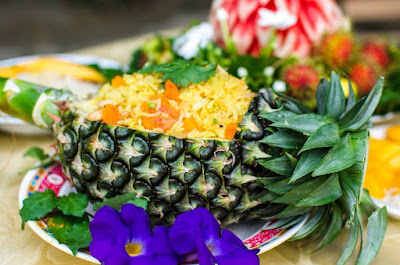 Learn how to cook fried rice in pineapple