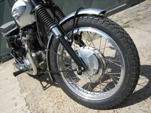 Aérateur sur frein simple came d'une Triumph Bonneville modèle USA de 1966 restaurée par Machines et Moteurs
