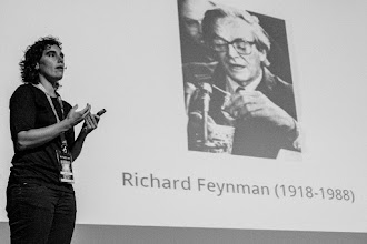 Photo: Vega @vega_asensio, ilustrando científicamente al auditorio sobre la correcta composición de los gin-tonics que hacía Richard Feynman.