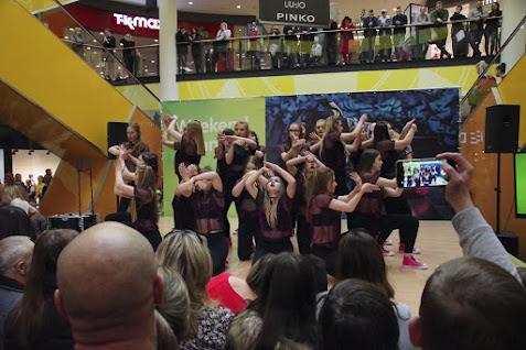 Begeisterte Zuschauer verfolgten am Wochenende die Darbietungen der jungen Tänzerinnen in der Galeria Kaskada. Foto: Andreas Schwarze (asc)