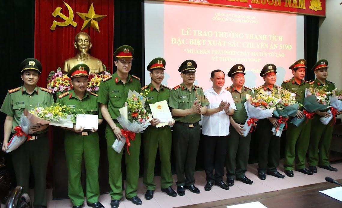 Các đồng chí Uỷ viên BTV Tỉnh uỷ: Thiếu tướng Nguyễn Hữu Cầu, Giám đốc Công an tỉnh và Phan Đức Đồng, Bí Thư Thành uỷ Vinh trao thưởng cho thành tích xuất sắc của Ban chuyên án 519Đ