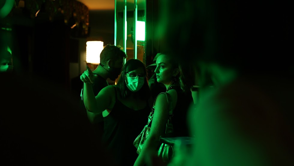 Irene Garcés, la directora del corto (con mascarilla), dando instrucciones a la actriz Alba González.