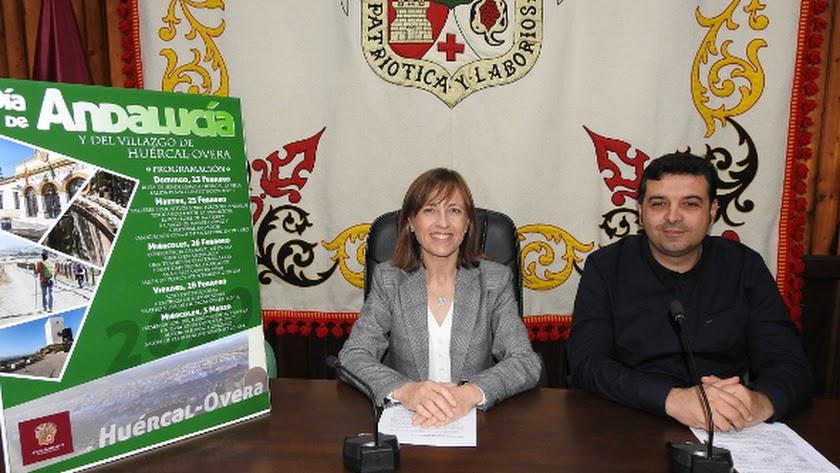 La alcaldesa y el edil de Cultura durante la presentación de los actos días atrás.