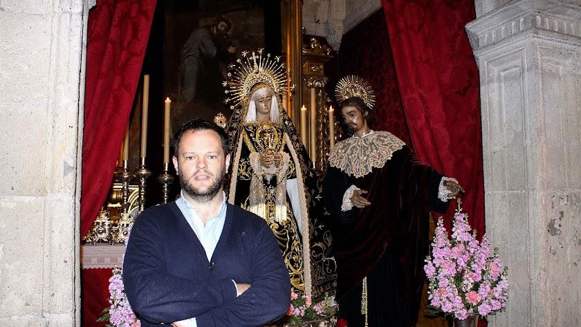 Basilio García ante la Virgen de la Soledad y San Juan Evangelista.