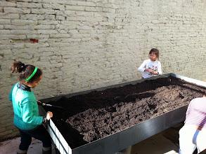 """Photo: """"Mulching"""". Fertilitzem la terra del nostre hort amb el """"mulch"""", matèries d'origen vegetal: fulles, palla, escorça fermentada de pi, serradures, compost, torba, paper, cartró, etcètera."""