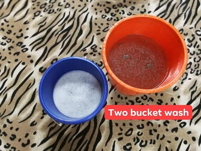 Dua baldi digunakan untuk isi air sabun pencuci dan air bersih untuk bilasan.