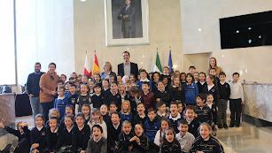 Alcalde junto a los alumnos de primaria de la Compañía de María