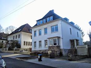 Photo: Christian-Rohlfs-Straße 24 mit interessanter Fenstergestaltung.