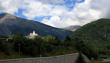 Photo: Kobarid - kostel sv. Antonína - kobaridské osárium (kostnice- pohřbeno 7000 italských vojáků) Slovinsko http://www.turistika.cz/rady/15-kobarid-julske-alpy-slovinsko