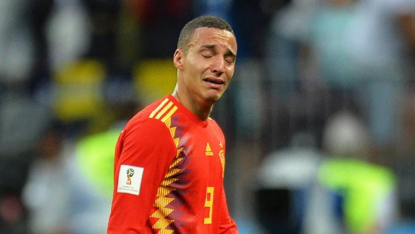 El delantero de La Roja desolado.