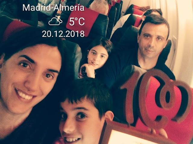 Noé, con su familia en el avión de regreso a Almería.