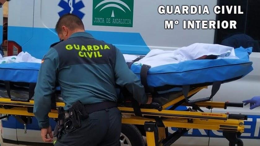 La Guardia Civil acompaña al herido en su traslado al Hospital de Torrecárdenas.