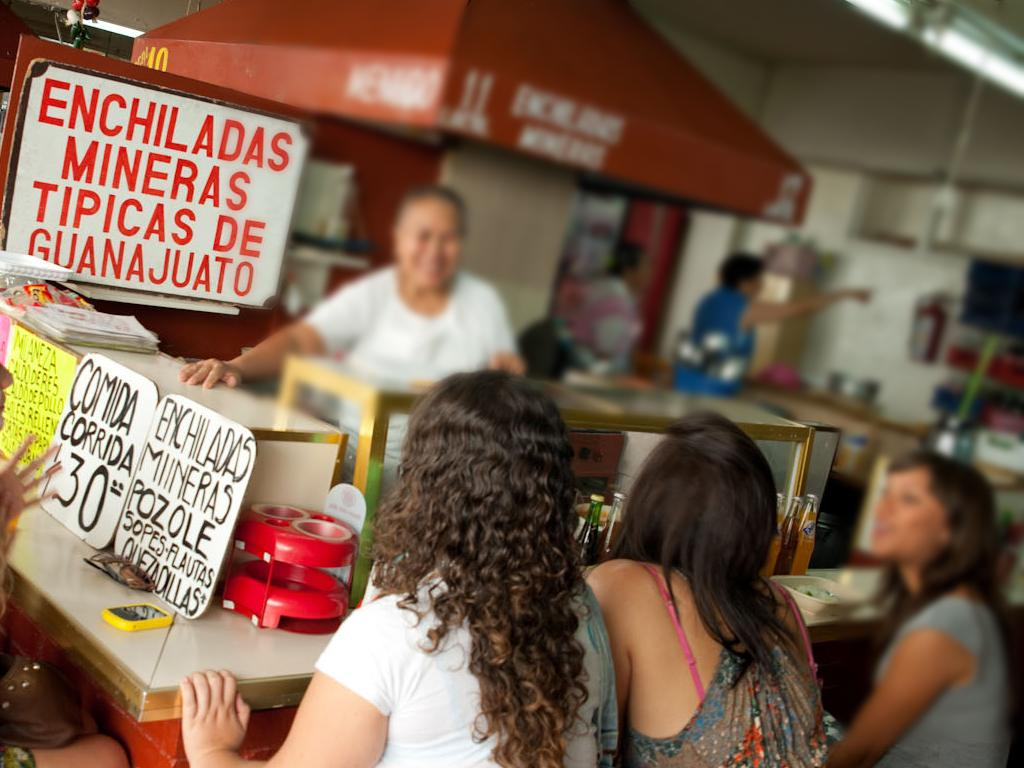 Un grupo de personas en una tienda de comida  Descripción generada automáticamente con confianza media