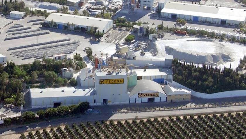 Las instalaciones  de Yedesa están  junto a la Autovía del Mediterráneo y La Ballabona.