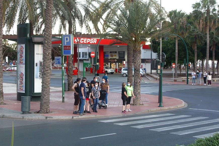 De paseo y con mascarilla por la Avenida Federico García Lorca.