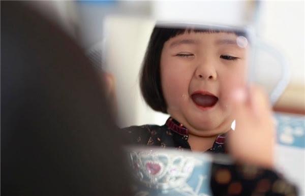 """Dễ thương quá chừng """"Tiểu Bồ- tát"""" vừa khóc vừa ôn Chú Đại Bi!"""
