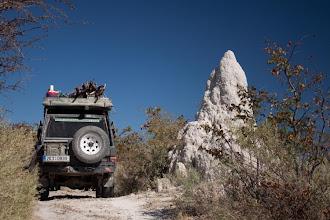 Photo: Termites mound as a watch tower in Makgadikgadi NP / Termitiště jako strážce v NP Makgadikgadi