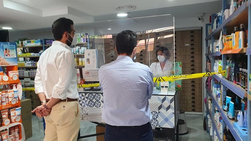 Ramón Fernández-Pacheco y Carlos Sánchez visitando una farmacia de la ciudad