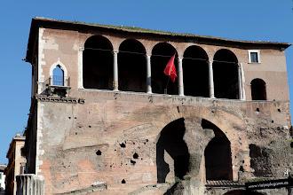 Photo: 4: En el Foro de Trajano se encuentran los restos de la supuesta Terraza Domiciana. Durante la segunda mitad del siglo XV, se le superpuso una elegante galería de arcos que actualmente es parte de la casa romana de los Caballeros de Malta.