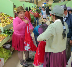 Photo: Cañari women discussing skirts inside the market