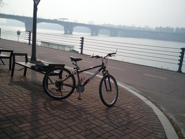 Istirahat sebentar setelah bersepeda di sungai Hangang