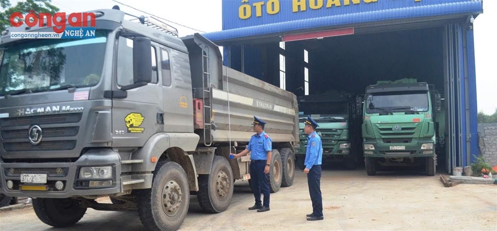 Thanh tra giao thông giám sát việc cắt thùng xe cơi nới, tránh trường hợp         các chủ phương tiện chở hàng quá tải