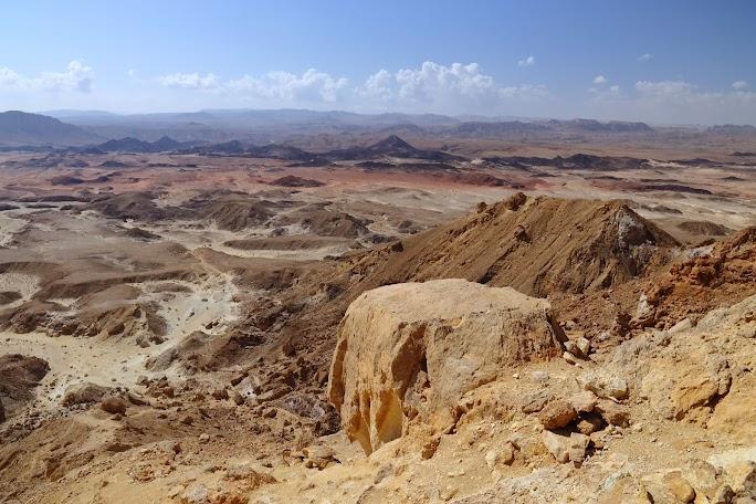 Relief carstic cu intruziuni vulcnice pe fundul craterului Ramon vazut din Mt. Ardon