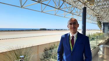 Ignacio Tejero, ayer, junto a la terminal del aeropuerto de Almería.