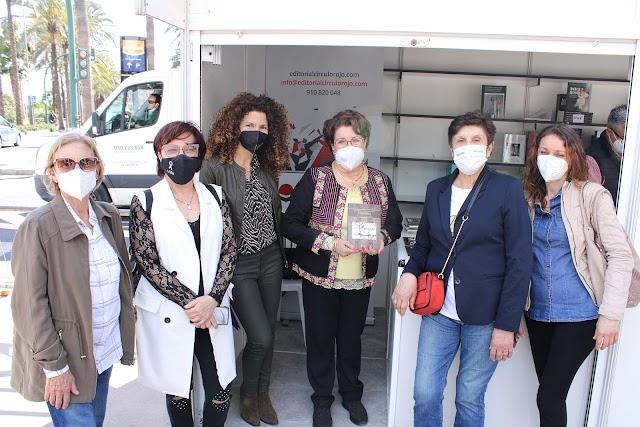 La escritora novel almeriense junto a un grupo de amigas en el stand de Círculo Rojo.