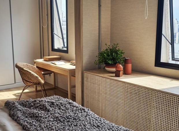 Cantinho de escritório com escrivaninha canguru de madeira e ao lado sapateira  da CAP de madeira na mesma tonalidade