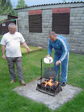 Photo: Laci magyarázza hogyan kell jó pörit készíteni.