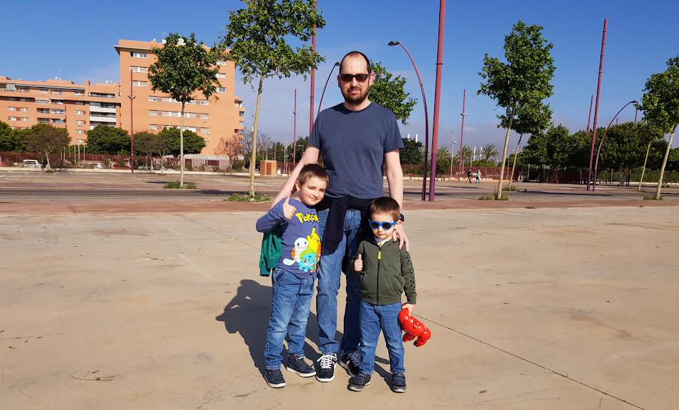 Samuel (6), Darío (4), y Marías, con ganas de disfrutar del día.