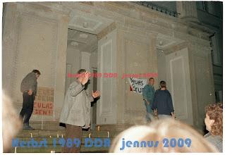 Photo: Oktober 89 SED bezirksleitung - Neues Forum Transparent über SED Hausschild
