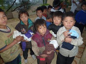 Photo: Phát Quần Áo Cũ cho các em Dân Tộc  ơ Xã A Lù/Huyện Bát Sát/Lào Cai