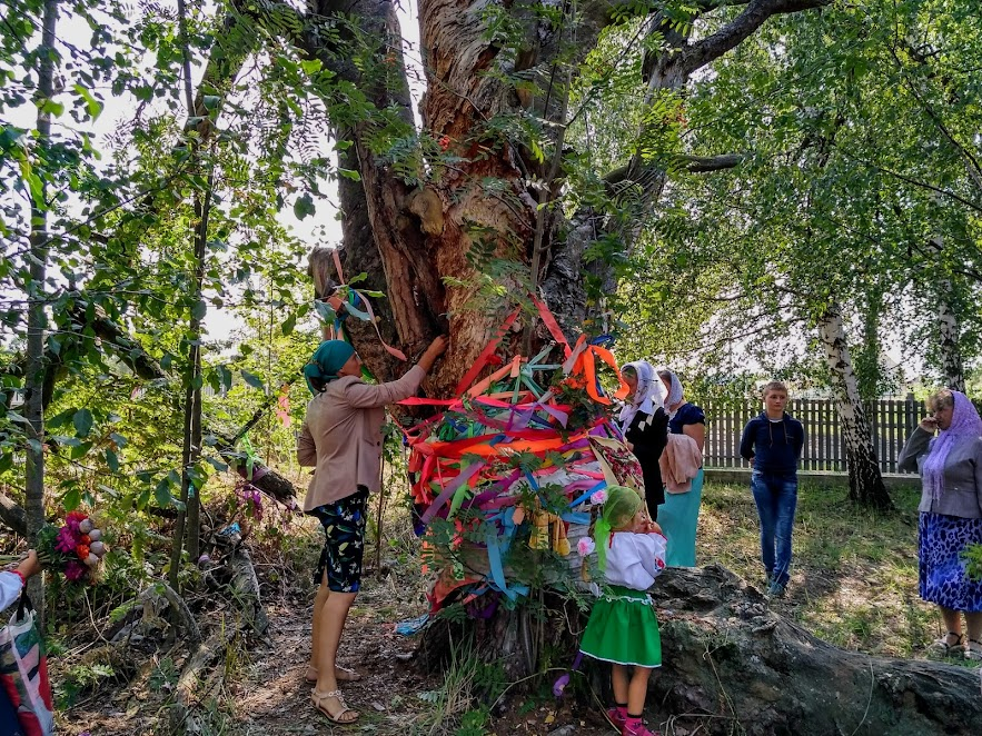 жінки прикрашають дерево