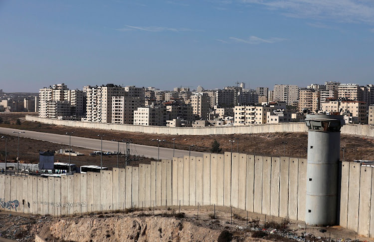 A view shows the Israeli barrier as buildings are seen in Kfar Aqab on the outskirts of Jerusalem, near the West Bank City of Ramallah on November 7, 2017. REUTERS/MOHAMAD TOROKMAN