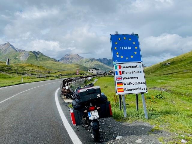 La moto de Salvador, con la pegatina del Indalo, en la frontera Italiana