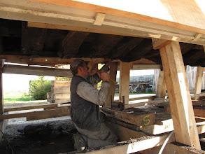 Photo: Michel le précède, chassant chevilles et boulons, pour préserver le fer du rabot électrique, et renvoyer les nouveaux.
