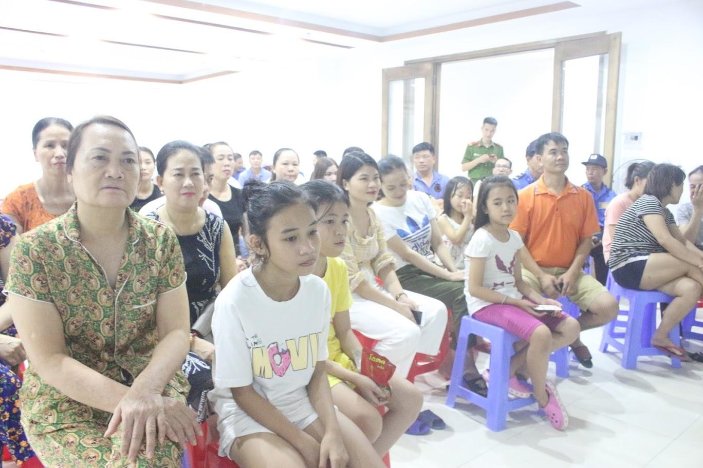Người dân chăm chú nghe truyền đạt các kĩ năng PCCC