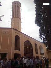 Photo: نماز جماعت جلو عمارت