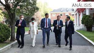 En ambos extremos, los alcaldes extremeños con el presidente Pedro Sánchez.
