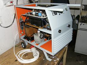 Photo: Odkrytovaná zváračka, vzadu vidno EMI filter