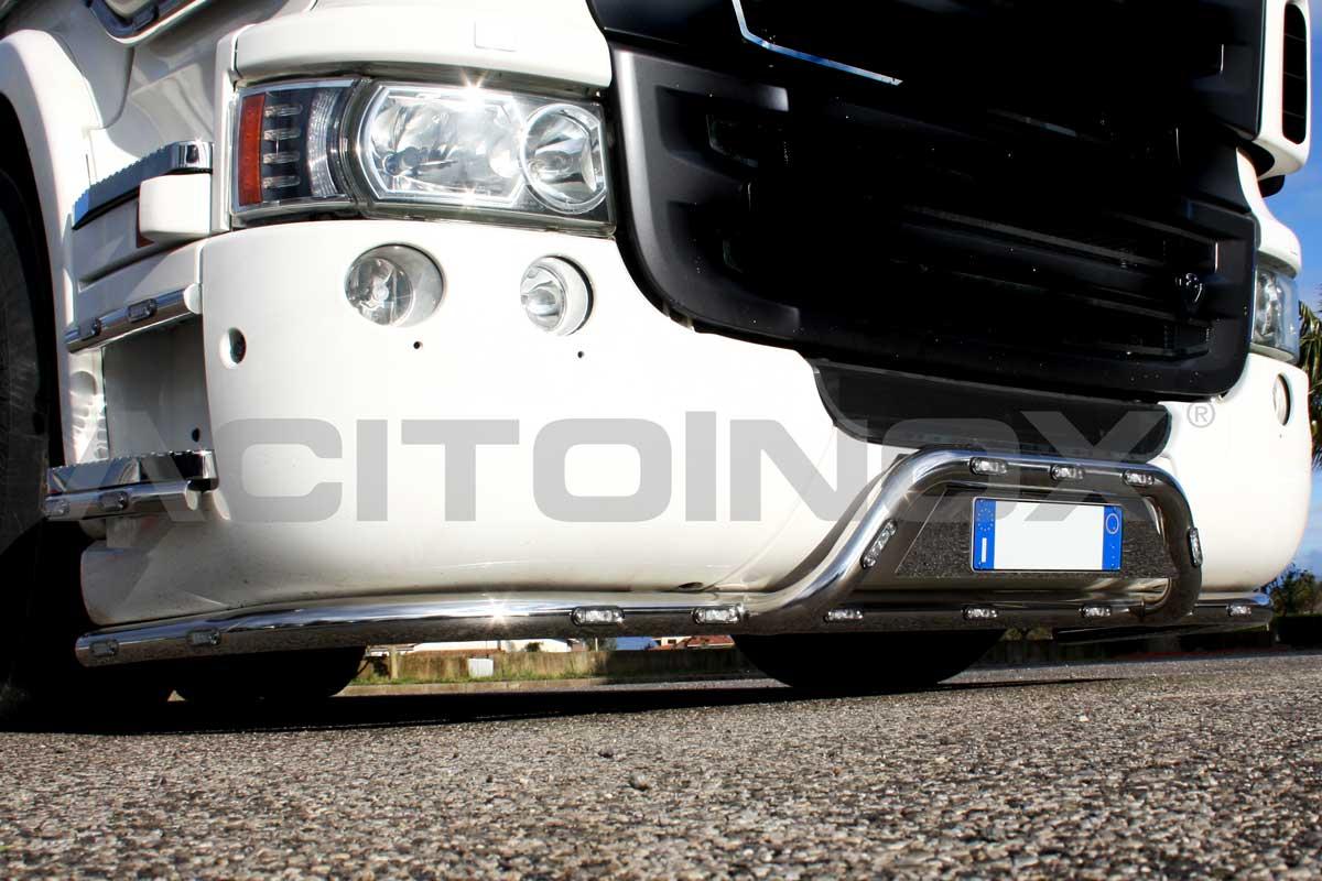 Barra Porta targa in acciaio inox super mirror (aisi 304) di 60 mm di diametro per Scania R. Per l'installazione fissare le staffe in prossimità dei fori originali, il kit comprende bulloni per il fissaggio. L'articolo è compatibile solo per paraurti grande ed è personalizzabile con LED.