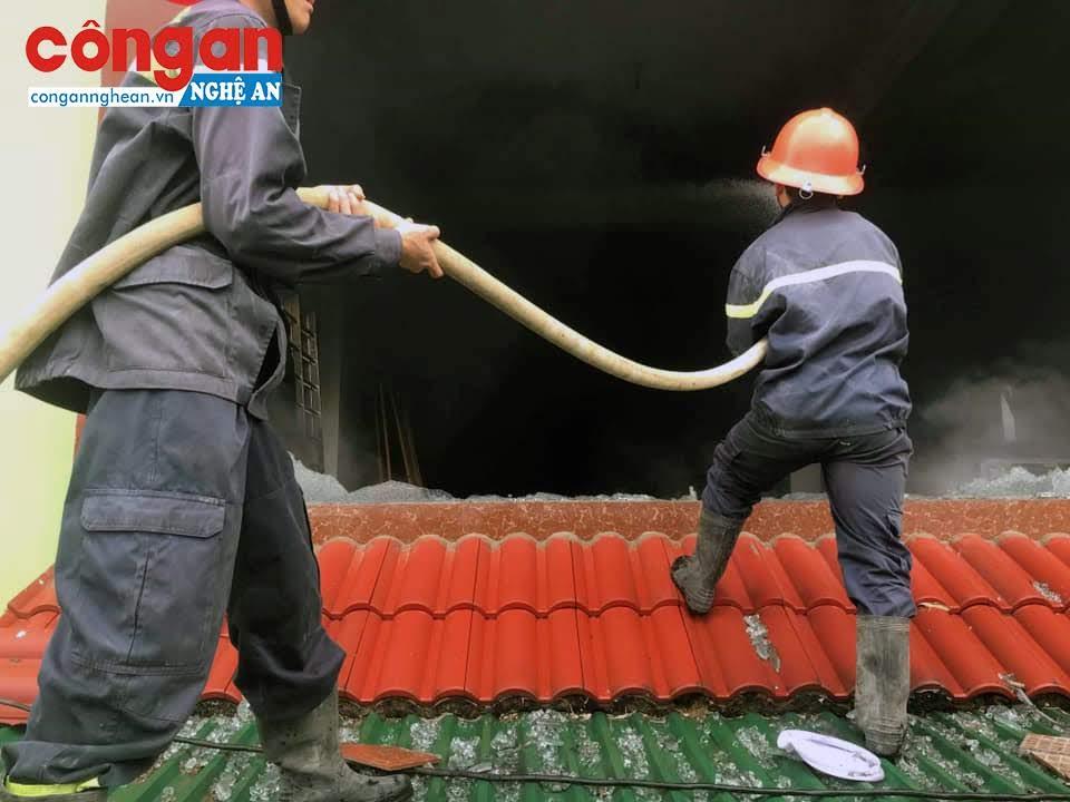 Trèo lên mái nhà, phá cửa kính để phun nước không cho lửa cháy lan