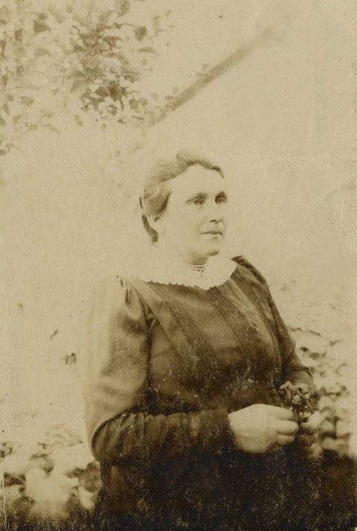 Zdjęcie: Zofia Zgrzebnicka wogrodzie obok apteki wChrobrzu. Zdjęcie wykonane około 1917 roku (fot. zarch.Wiesława Grabik).