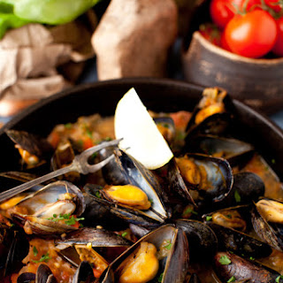 Mussels in White Wine Sauce with Onions and Tomatoes - The appetizer that should be in every cook's repertoire!.