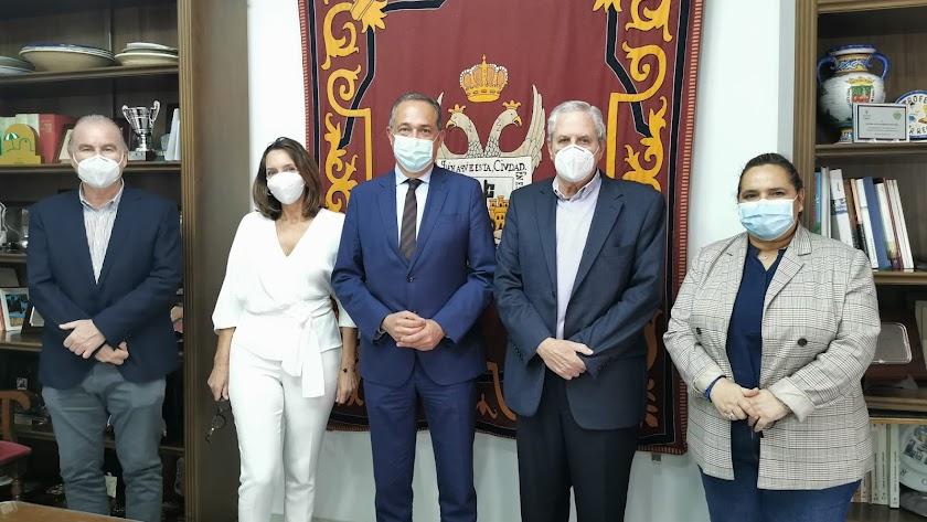El alcalde y miembros del equipo de gobierno junto al delegado, esta mañana.
