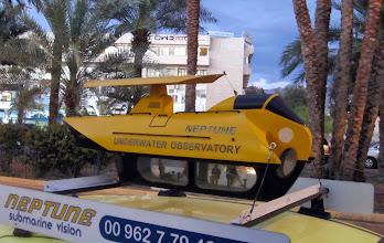 Photo: Kiva pienoismalli vedenalaisia retkiä mainostavan auton katolla