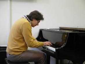 Photo: Пианист Георгий Кожухарь на открытии фотовыставки Веры Едидья.
